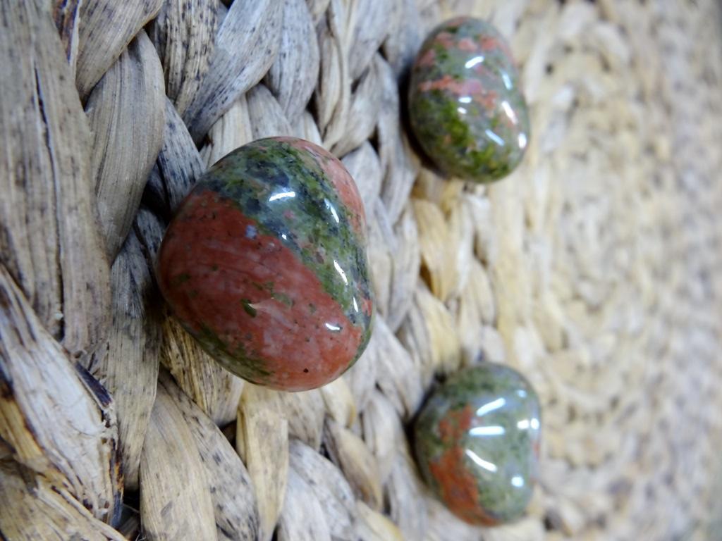 Минерал в форме сердца яшма зеленая (зеленый)
