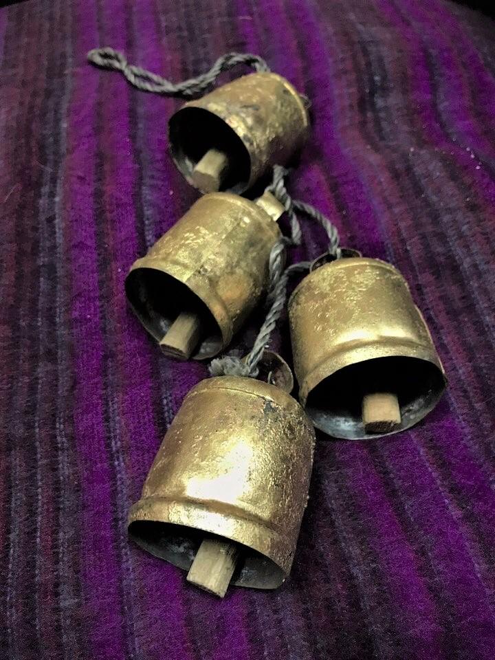 Подвеска коровьи колокольчики cow bells с 4 колоколами 92см (1 кг) подвеска коровьи колокольчики cow bells из латуни с 3 колоколами 126см 0 9 кг