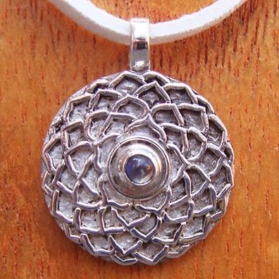 Подвеска Сахасрара чакра лунный камень 2,4х1,9см silver (ПСЧ-08) подвеска аджна чакра аметист 2 4х1 9см silver