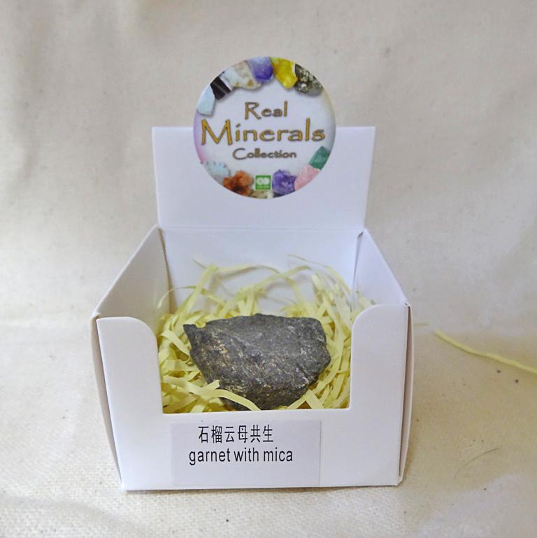Гранат в породе (слюда) минерал/камень в коробочке Real Minerals Collection (Гранат в породе (слюда))