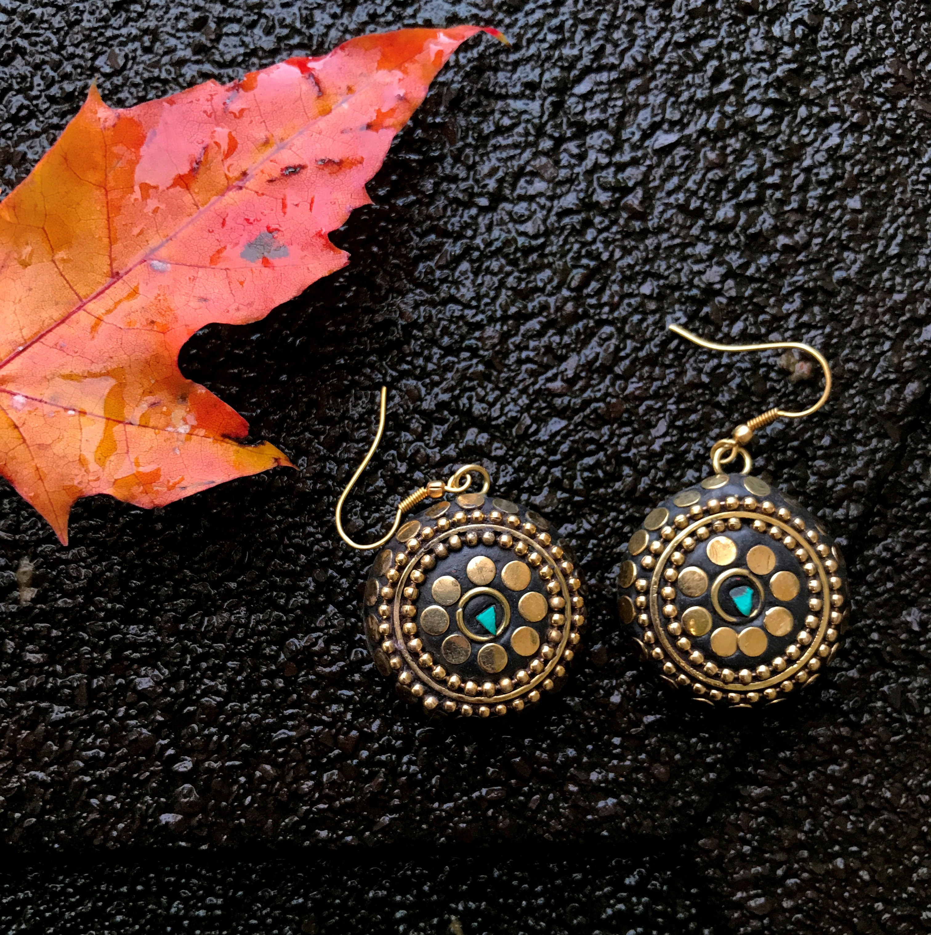 Серьги непальские круглые малые каменная крошка и латунь 2,5 см