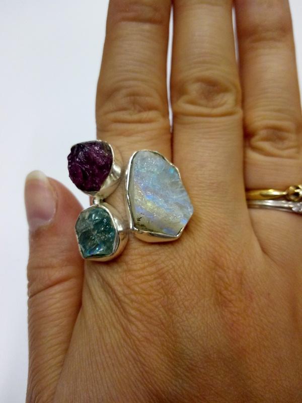 Кольцо с тремя агатами лунный рубиновый зеленый серебро