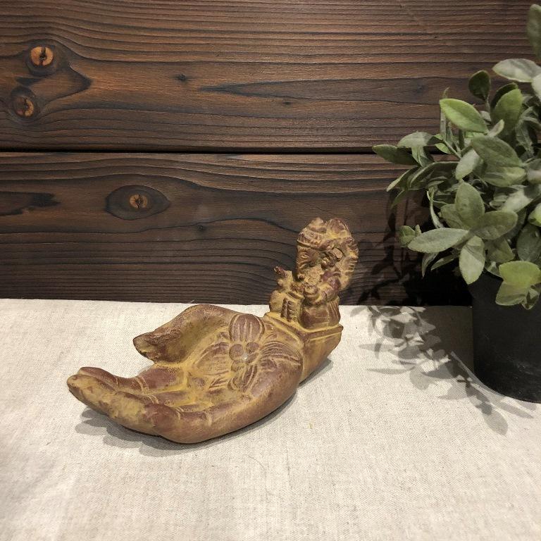 Подставка под благовония рука с Ганешей из гипса с имитацией камня (0,2 кг, светло-коричневый)