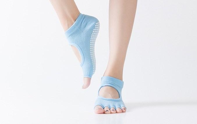 Носочки с вырезом и открытыми пальчиками для йоги Yoga Club (0,05 кг, голубой) носочки с вырезом и открытыми пальчиками для йоги рамайога 0 1 кг розовый