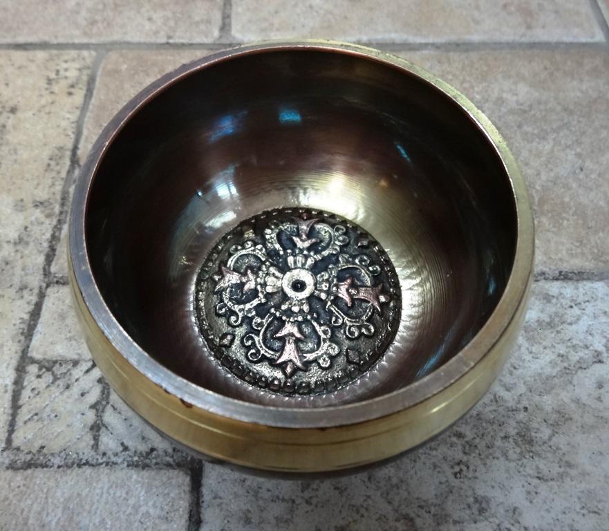Чаша поющая литая с барельефом белая/темная 11,5 см  (SBEL04)